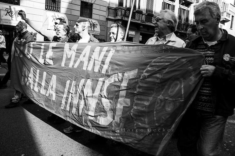 Milano, manifestazione contro i tagli previsti dalla riforma dell'istruzione. Lavoratori metalmeccanici della INNSE --- Milan, demonstration against the spending cut provided by the school reform. Workers of INNSE engineering factory