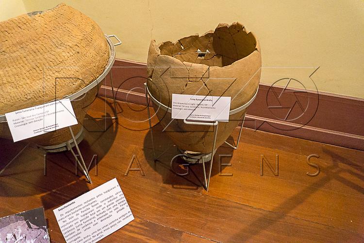 Urna funer&aacute;ria Aratu &agrave; direita e Urna funer&aacute;ria Tupiguarani corrugada &agrave; esquerda no Museu de Antropologia do Vale do Para&iacute;ba, Jacare&iacute; - SP, 06/2016.<br /> Urna funer&aacute;ria Aratu, S&iacute;tio Arqueol&oacute;gico Ligh - Jacare&iacute; - SP, Material/T&eacute;cnica: Cer&atilde;mica/Acordelamento, Cronologia: Sem data&ccedil;&atilde;o.<br /> Urna funer&aacute;ria Tupiguarani corrugada S&iacute;tio Arqueol&oacute;gico do Putim, S&atilde;o Jos&eacute; do Campos - SP, Material/T&eacute;cnica: Cer&atilde;mica/Acordelamento, Cronologia: Sem data&ccedil;&atilde;o.