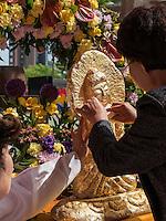 Gläubige vergolden Buddha-Statue, buddhistischer Tempel Jogye-sa in Seoul, Südkorea, Asien<br /> Believers gild Buddha's statue in  buddhist temple Jogye-sa,  Seoul, South Korea, Asia