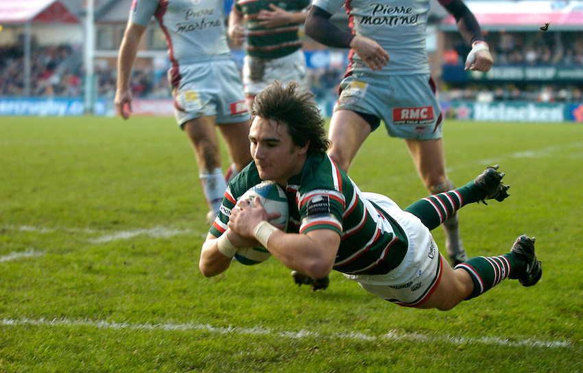 Photo: Richard Lane..Leicester Tigers v Bourgoin. Heineken Cup. 16/12/2006. .Tigers' Harry Ellis dives in for a try.
