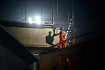 LAREN/BLARICUM - In Laren/Blaricum heeft aannemerscombinatie Strukton-Ooms in opdracht van Rijkswaterstaat afgelopen weekend de eerste liggers voor het ecoduct van de Natuurbrug Laarderhoogt over de A1 geplaatst. De natuurbrug Laarderhoogt die bestaat uit twee ecoducten die over de snelweg A1 en de naastliggende Naarderstraat liggen, moet de natuurgebieden Westerheide en Blaricummerheide aan elkaar koppelen zodat dieren de wegen makkelijker kunnen oversteken. De natuurbrug komt tot stand dankzij een samenwerking tussen Rijkswaterstaat, de provincie Noord-Holland, het Goois Natuurreservaat en de gemeenten Laren en Blaricum. COPYRIGHT TON BORSBOOM