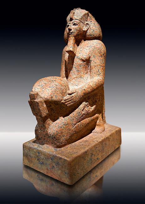 Ushabti. 18 dynasty Egyptian kneeling sculpture of queen Hatshepsut with a cultic vessel, 1475BC Deir el-Bahari . Neues Reiche Museum, Berlin. Cat No AM22883