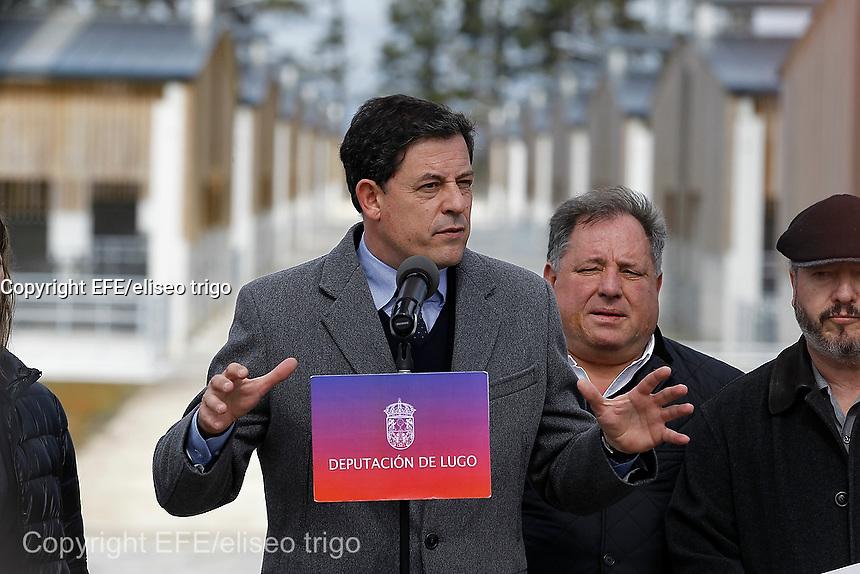 Fecha: 24-03-2015. Políticos.- en la imagen Besteiro, del PSOE de Galicia,  presentando una granja de vacas en Castro de Rei, Lugo