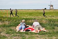 Nederland Schermerhorn 2016 07 10 .  Toeschouwers bekijken de jaarlijkse Prutmarathon door de modderige slootjes van de Mijzenpolder. Foto Berlinda van Dam / Hollandse Hoogte