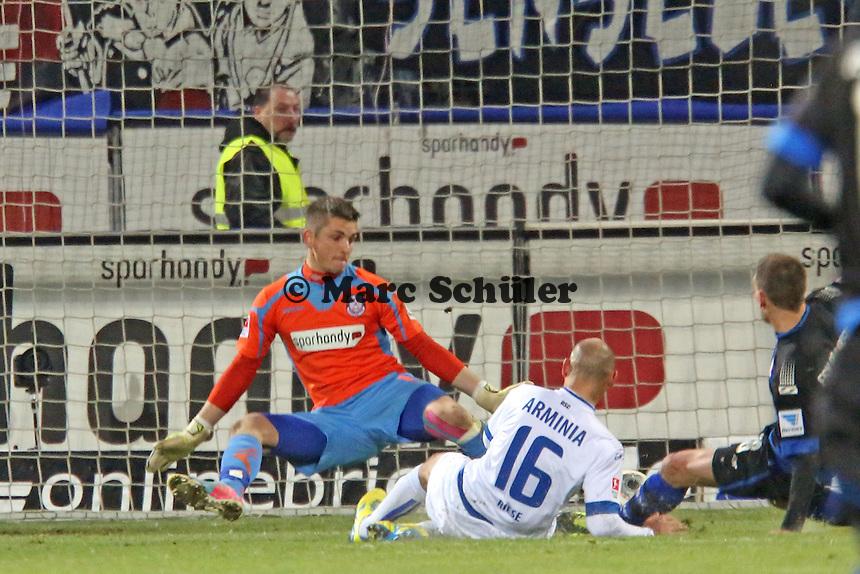 Philipp Riese (Bielefeld) erzielt gegen Patric KLandt (FSV) das 1:2 - FSV Frankfurt vs. Arminia Bielefeld, Frankfurter Volksbank Stadion