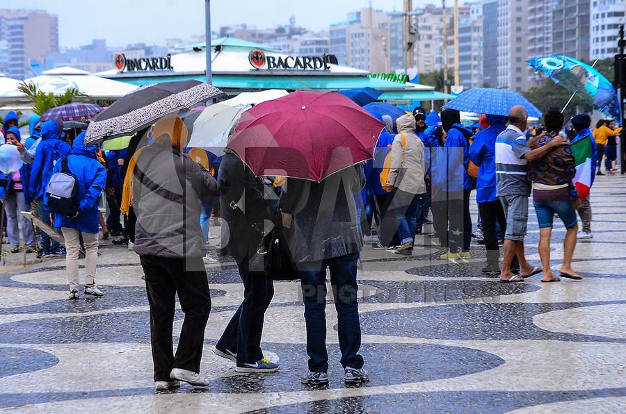 RIO DE JANEIRO, RJ, 24 DE JULHO DE 2013 -CLIMA TEMPO-RJ-  Movimentação na praia de Copacabana na manha desta querta-feira, 24,com temperatura baixa e chuva, em Copacabana, zona sul do Rio de Janeiro.FOTO:MARCELO FONSECA/BRAZIL PHOTO PRESS