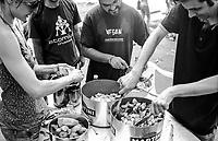 """Milano, un collettivo di """"Lavoratori dell'Arte e dello Spettacolo"""" occupa un edificio inutilizzato facente parte dell'ex macello per dare vita a un nuovo centro per le arti e la cultura chiamato MACAO. Preparazione di una macedonia di frutta --- Milan, a collective of """"Arts and Entertainment Workers"""" occupy an unused building part of the former slaughterhouse, in order to create a new centre for arts and culture called MACAO. Preparation of a fruit salad"""