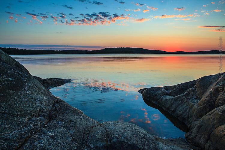 Stilla skymning med spegelblant vatten vid Kalvfjärden Tyresö-Brevik  Stockholms skärgård