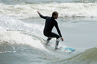 Surf<br />  sur le fleuve saint-laurent.<br /> <br /> PHOTO : Pierre Roussel - Agence Quebec Presse