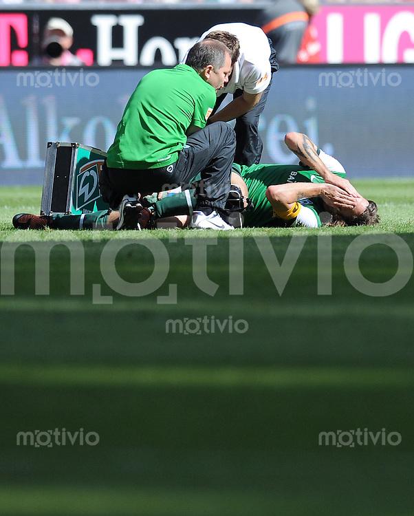 FUSSBALL   1. BUNDESLIGA     SAISON 2009/2010    2. SPIELTAG 15.08.2009 FC Bayern Muenchen - SV Werder Bremen  verletzt auf dem Boden Torsten Frings ( Werder )