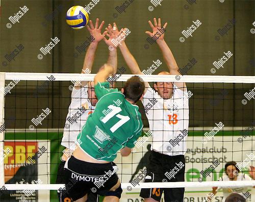 2008-10-11 / Volleybal / Mendo Booischot - VC Herenthout / Hendrick Vanhove van Mendo stuit op het block van Maarten Sohie (l) en Filip Houtmeyers van Herenthout..Foto: Maarten Straetemans (SMB)