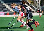 AMSTELVEEN - Laura Nunnink (OR) aan de bal  tijdens de hoofdklasse competitiewedstrijd hockey dames,  Amsterdam-Oranje Rood (5-2). rechts Eva de Goede (A'dam) . COPYRIGHT KOEN SUYK