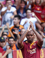 "Calcio: allenamento a porte aperte ""Open Day"" per la presentazione della Roma, a Roma, stadio Olimpico, 21 agosto 2013.<br /> AS Roma defender Maicon, of Brazil, attends the club's Open Day training session at Rome's Olympic stadium, 21 August 2013.<br /> UPDATE IMAGES PRESS/Riccardo De Luca"
