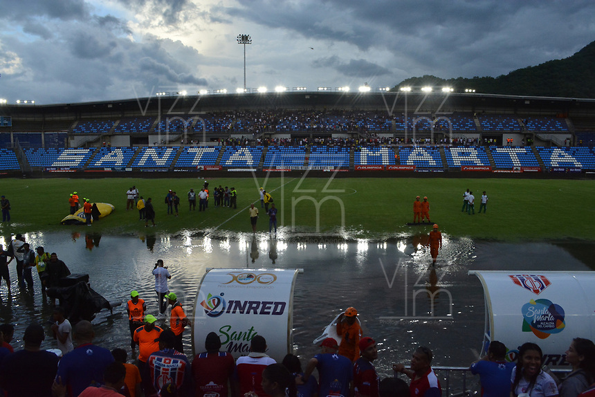 SANTA MARTA – COLOMBIA, 04-09-2019: Fuerte lluvia que hizo suspender el partido por la fecha 13 de la Liga Águila II 2019 entre Unión Magdalena y Atlético Junior jugado en el estadio Sierra Nevada de la ciudad de Santa Marta. / Hard rain avoid continue the match for the date 13 as part Aguila League II 2019 between Union Magdalena and Atletico Junior played at Sierra Nevada stadium in Santa Marta city. Photo: VizzorImage / Gustavo Pacheco / Cont