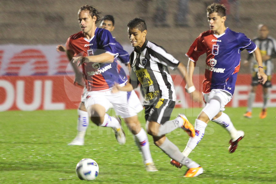 CURITIBA, PR, 30 DE MAR&Ccedil;O DE 2011 &ndash; PARAN&Aacute; X BOTAFOGO/RJ &ndash; O Paran&aacute; Clube recebeu na noite de quarta-feira (30), na Vila Capanema, a equipe do Botafogo/RJ no primeiro jogo da segunda fase da Copa do Brasil. <br /> <br /> (FOTO: ROBERTO DZIURA JR./ NEWS FREE)