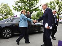 Bundeskanzlerin Angela Merkel (CDU) kommt an und wird vom Merck-Nachfahre Frank Stangenberg-Haverkamp begrüßt - 03.05.2018: Festakt zu 350 Jahre Merck in Darmstadt mit Bundeskanzlerin Angela Merkel