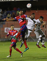 PASTO - COLOMBIA -22-10-2016: Diego Peralta (Izq.) jugador de Deportivo Pasto disputa el balon con Luis Rodriguez (Der.) jugador de Envigado F.C., durante partido Deportivo Pasto y Envigado F.C., por la fecha 15 de la Liga Aguila II 2017, jugado en el estadio Departamental Libertad de la ciudad de Pasto.  / Diego Peralta (L) player of Deportivo Pasto fights for the ball with Luis Rodriguez (R) player of Envigado F.C., during a match Deportivo Pasto and Envigado F.C., for the date 15th of the Liga Aguila II 2017 at the Departamental Libertad stadium in Pasto city. Photo: VizzorImage. / Leonardo Castro / Cont.