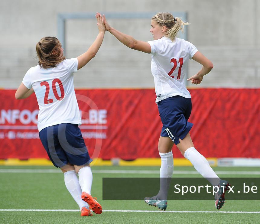 Belgian Red Flames - Noorwegen :<br /> <br /> Ada Hegerberg(21)  viert haar doelpunt met de ploegmaats<br /> <br /> foto VDB / BART VANDENBROUCKE