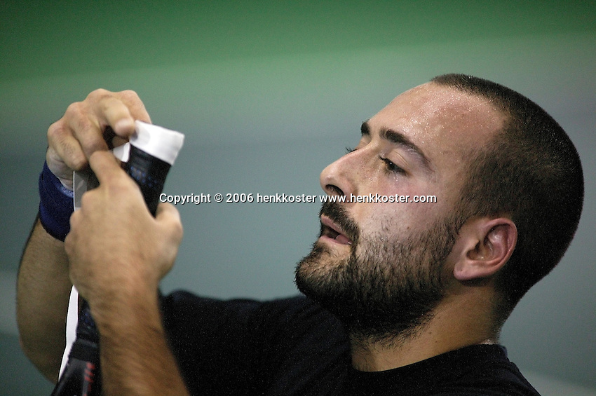 18-11-06,Amsterdam, Tennis, Wheelchair Masters, Michael Jeremiasz wraps a new tape around his racket in full concentration