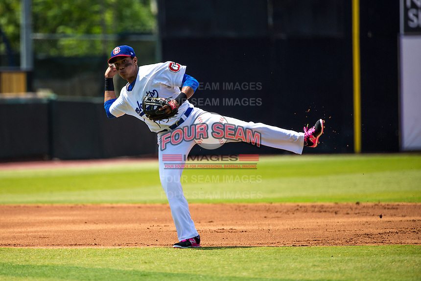 Jorge Polanco (11) of the Chattanooga Lookouts throws during a game between the Jackson Generals and Chattanooga Lookouts at AT&T Field on May 10, 2015 in Chattanooga, Tennessee. (Brace Hemmelgarn/Four Seam Images)