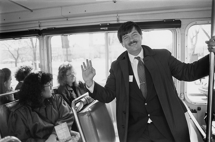 Tourguide, Wilbur, points out the Smithsonian museums on the mall to tourists. April 3, 1991 (Photo by Laura Patterson/CQ Roll Call)