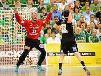 Bastian Rutschmann (FAG) bei einem Siebenmeter gegen vorne Baptiste Butto (DHB)