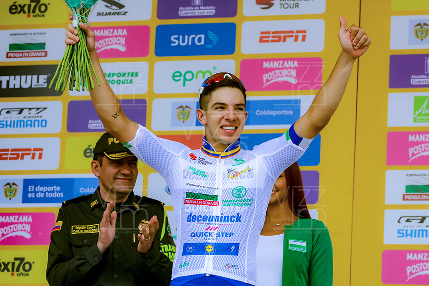 MEDELLIN - COLOMBIA, 13-02-2019: Alvaro HODEG (COL), Deceuninck - Quick Step Floors, celebra como líder general de loos jóvenes después de la segunda etapa del Tour Colombia 2.1 2019 con un recorrido de 150.5 Km, que se corrió entre La Ceja Canadá - Carmen de Viboral - Rionegro - Canadá - La Ceja. / Alvaro HODEG (COL), Deceuninck - Quick Step Floors, celebrates as youth leader after  the second stage of 150.5 km of Tour Colombia 2.1 2019 that ran through La Ceja Canada - Carmen de Viboral - Rionegro - Canada - La Ceja.  Photo: VizzorImage / Anderson Bonilla / Cont