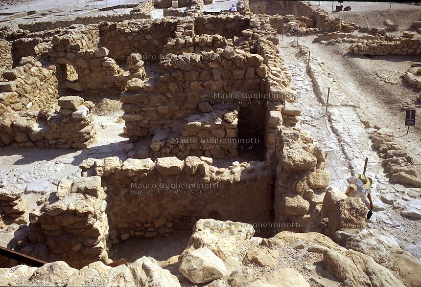 Israele: le rovine di Qumran, sito archeologico-naturalistico sulla costa del Mar Morto. Famoso per le sue grotte, per i resti di un monastero esseno e per il ritrovamento dei manoscritti del Mar Morto.