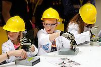 Shell Eco-Marathon Energy Lab . Het Shell Energy Lab is een interactieve ervaring voor bezoekers aan Shell Eco-marathon.HP  recycling lab. Kinderen mogen spullen demonteren