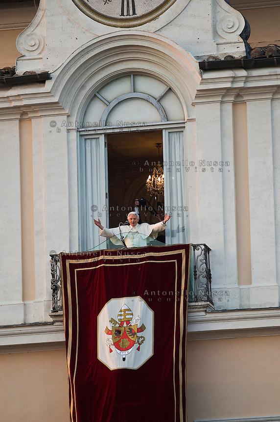 Roma, 28 Febbraio, 2013. Papa Benedetto XVI saluta i suoi fedeli dalla finestra di Castel Gandolfo dove ha terminato il suo pontificato