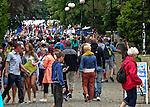 Wypełniony turystami deptak w Mielnie