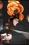 Tony Cragg durante l'inaugurazione delle sue sculture nella Piazza Olimpica di Torino. Gennaio 2006.