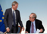 Paolo Gentiloni e Pier Carlo Padoan<br /> Roma 16/10/2017. Palazzo Chigi. Conferenza Stampa al termine del Consiglio dei Ministri sul Bilancio di previsione dello Stato per l'anno finanziario 2018.<br /> Rome October 16th 2017. Press conference of the Italian premier and of the minister of  economy at the end of cabinet of Ministers.<br /> Foto Samantha Zucchi Insidefoto