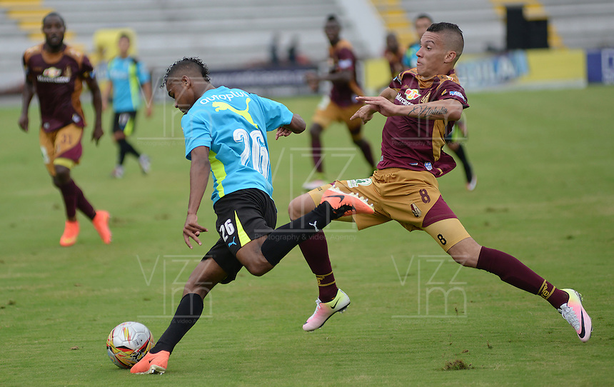 IBAGUE -COLOMBIA-17-ABRIL-2016.Matheus Uribe del Tolima disputa el balón  contra Amaury Torralvo de  La Equidad  durante partido por la fecha 13 de Liga Águila I 2016 jugado en el estadio Manuel Murillo Toro de Ibagué./ Matheus Uribe player of Tolima fights the ball  with against Amaury Torralvo of La Equidad during the match for the date 13 of the Aguila League I 2016 played atManuel Murillo Toro stadium in Ibague. Photo: VizzorImage / Juan Carlos Escobar / Contribuidor