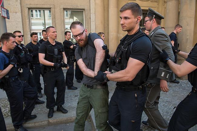 Rechtsextreme &quot;Identitaere&quot; versuchen Besetzung des Justizministerium.<br /> Am Freitag den 19. Mai 2017 versuchten ca. 40 Rechtsextremisten der sog. &quot;Identitaeren Bewegung&quot; (IB) das Justizministerium zu besetzen. Sie setzten das Ministerium und den Justizminister Maas mit der Staatssicherheit der DDR gleich, hatten DDR-Fahnen dabei und trugen zum Teil DDR-Militaeruniformen.<br /> Die Neonazis scheiterten jedoch mit der Besetzung, da die Polizei im Vorfeld von der Aktion informiert war und rechtzeitig vor Ort war. Als die Polizei die Neonazis aufforderte zu gehen, legten die sich auf den Fu&szlig;weg und skandierten &quot;Keine Gewalt&quot; und Parolen gegen Fluechtlinge und fuer Deutschland. Daraufhin wurden die Neonazis einzeln abgefuehrt, durchsucht und erhielten einen Platzverweis.<br /> Im Bild: Robert Timm, Chef der Berliner &quot;Identitaeren&quot; wird abgefuehrt.<br /> 19.5.2017, Berlin<br /> Copyright: Christian-Ditsch.de<br /> [Inhaltsveraendernde Manipulation des Fotos nur nach ausdruecklicher Genehmigung des Fotografen. Vereinbarungen ueber Abtretung von Persoenlichkeitsrechten/Model Release der abgebildeten Person/Personen liegen nicht vor. NO MODEL RELEASE! Nur fuer Redaktionelle Zwecke. Don't publish without copyright Christian-Ditsch.de, Veroeffentlichung nur mit Fotografennennung, sowie gegen Honorar, MwSt. und Beleg. Konto: I N G - D i B a, IBAN DE58500105175400192269, BIC INGDDEFFXXX, Kontakt: post@christian-ditsch.de<br /> Bei der Bearbeitung der Dateiinformationen darf die Urheberkennzeichnung in den EXIF- und  IPTC-Daten nicht entfernt werden, diese sind in digitalen Medien nach &sect;95c UrhG rechtlich geschuetzt. Der Urhebervermerk wird gemaess &sect;13 UrhG verlangt.]