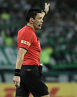 MEDELLÍN - COLOMBIA, 28-08-2018: Roberto Tobas, arbitro,  durante partido entre Atletico Nacional de Colombia y Tucuman de Argentina por los octavos de final, llave E, de la CONMEBOL Libertadores 2018 jugado en el estadio Atanasio Girardot de la ciudad de Medellín. / Roberto Tobar, referee,  during match between Atletico Nacional of Colombia and Atletico Tucuman of Argentina for the CONMEBOL Libertadores 2018 played at Atanasio Girardot stadium in Medellin city. Photo: VizzorImage/ Alejandro Rosales