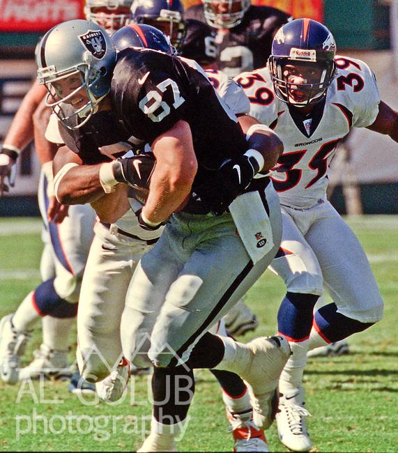 Oakland Raiders vs. Denver Broncos at Oakland Alameda County Coliseum Sunday, October 10, 1999.  Broncos beat Raiders  16-13.  Oakland Raiders tight end Jeremy Brigham (87).