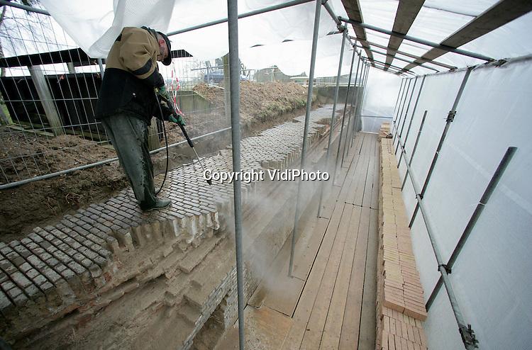 Foto: VidiPhoto..LAAG-KEPPEL - In Laag-Keppel werkt BV Bouwbedrijf Hoffman uit Beltrum aan een voor Nederland bijzonder restauratieproject. Waterschap Rijn en IJssel laat een voormalige schutsluis uit 1890 restaureren. De schutsluis in ruste geeft vanuit de Oude IJssel toegang tot de Oude Loop waar nog acht woonboten liggen afgemeerd. De restauratie van dit waterstaatkundig zeldzame complex kost 410.000 euro en wordt meegefinancierd door provincie Gelderland en Euregio. In juli moet het project, dat tevens een leerlingbouwplaats is, gereed zijn.