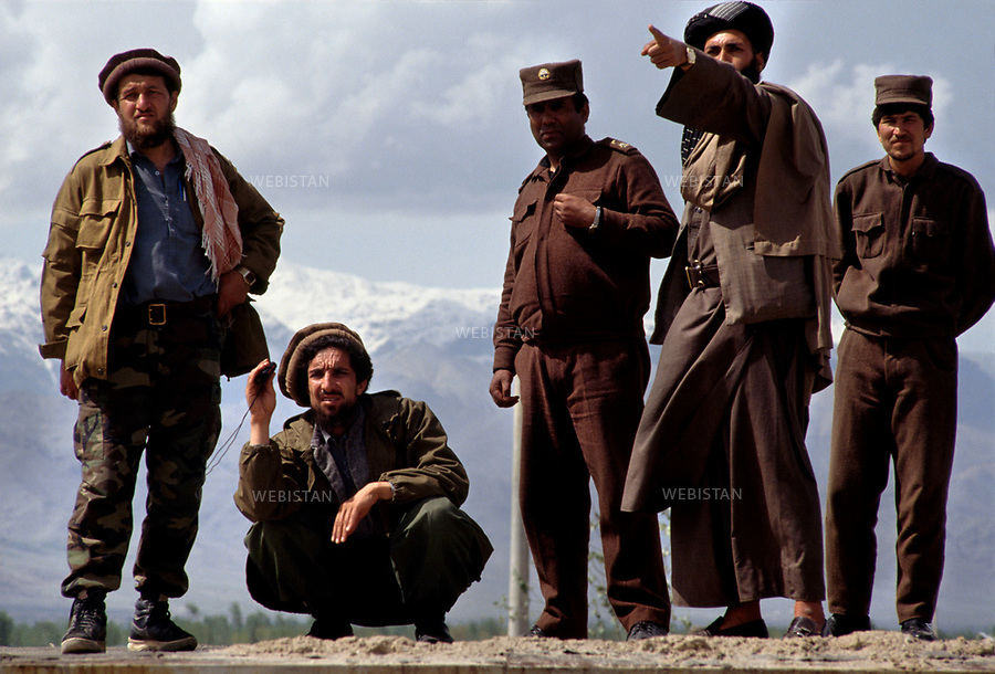 Afghanistan, Kabul (province), Bagram. April, 1992. <br /> Just before giving the assault on Kabul, Massoud, surrounded by, to his right, his aide-de-camp and to his left, two militaries from the 'Regular Afghan Army' and a Hezb-e-Islami commandant, Hekmatyar. Massoud formed an alliance with many of his  adversories of which: few army soldiers and Hebz-e-Islami Men.  <br /> <br /> Afghanistan. Province de Kaboul. Bagram. Avril 1992. <br /> Juste avant de donner l'assaut sur Kaboul, Massoud entour&eacute; &agrave; sa droite, de son aide de camp et &agrave; sa gauche de deux militaires de l'arm&eacute;e r&eacute;guli&egrave;re afghane et d'un commandant du Hezb-e-Islami, Hekmatiar. Massoud a fait alliance avec un certain nombre de ses adversaires dont certains soldats de l'arm&eacute;e et des hommes du Hezb-e-Islami.