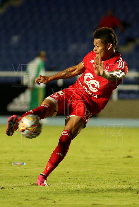 CALI, COLOMBIA - NOVEMBER 24: Ayron del Valle jugador del América de Cali  en acción contra el Atlético Bucaramanga durante partido de la cuarta fecha de los cuadrangulares finales   del torneo Aguila 2015-2 , jugado en el estadio  Pascual Guerrero de Cali./  Ayron del Valle  of  America de Cali player in actions  of  Atletico Bucaramanga during the fourth round match of the final day of the tournament Torneo  Aguila 2015-2, played in the Pascual Guerrero stadium in Cali.. Photo:VizzorImage / Juan Carlos Quintero / contribuidor