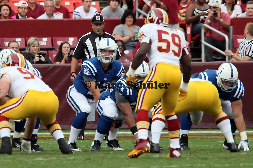 LB London Fletcher (Redskins) hat QB Andrew Luck (Colts) im Blick
