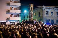 Abitandi di Lampedusa e immigrati Tunisini assistono ad una manifestazione organizzata per protestare contro la drammatica situazione che si è venuta a creare dopo il massiccio arrivo di immigrati nell'isola.
