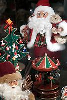 Oesterreich, Salzburger Land, Stadt Salzburg: nostalgischer Weihnachtsmann, Weihnachtsdekoration | Austria, Salzburger Land, Salzburg: nostalgic Santa Claus, Christmas decoration