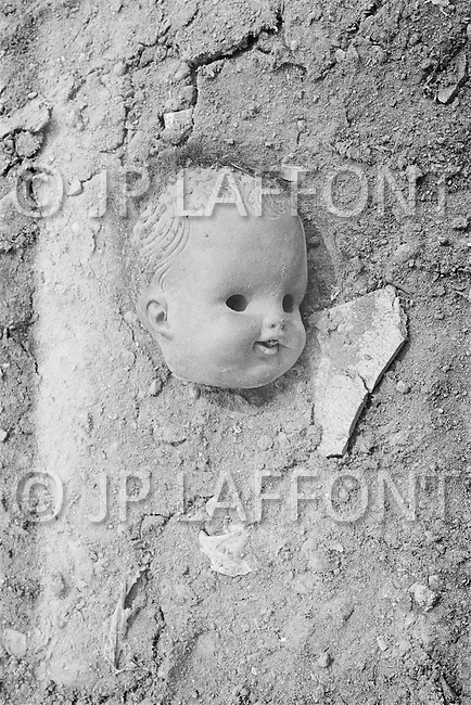September 1967 --- Doll parts in a New York City dump. --- Image by © JP Laffont
