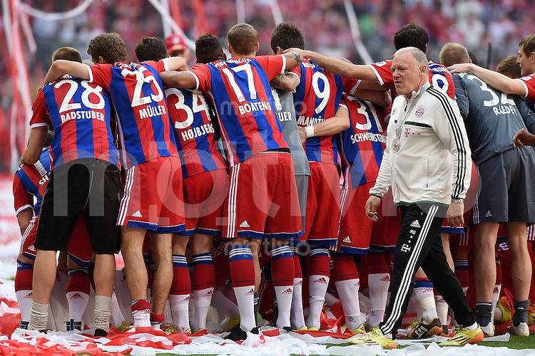 FUSSBALL   1. BUNDESLIGA   SAISON 2013/2014  34. SPIELTAG FC Bayern Muenchen - VfB Stuttgart             10.05.2014 Der FC Bayern feiert die 24. Deutsche Meisterschaft: Co-Trainer Hermann Gerland (re) mit gelben Adidas Fussballschuhe