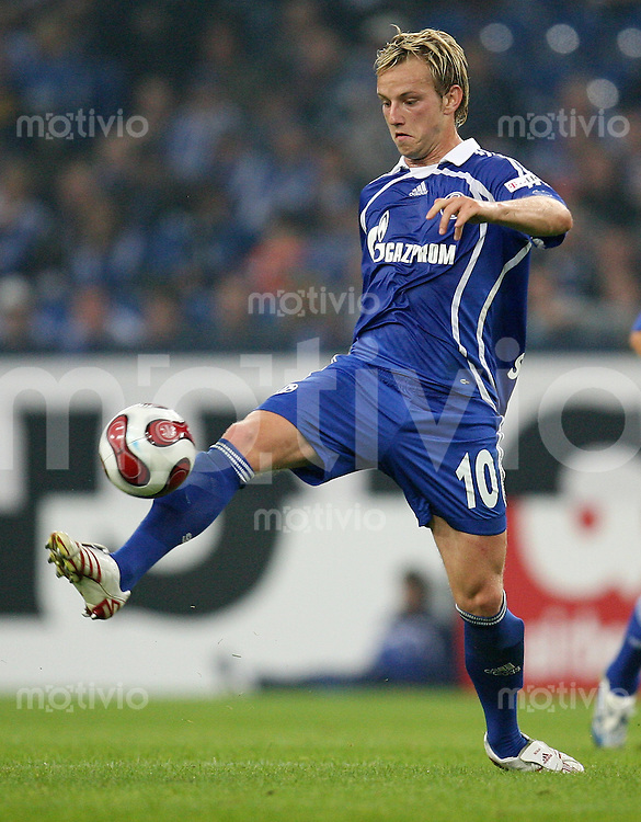 FUSSBALL     1. BUNDESLIGA    SAISON 2007/2008 Ivan RAKITIC (FC Schalke 04), Einzelaktion am Ball