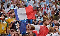 KAZAN - RUSIA, 30-06-2018: Hinchas de Francia animan a su equipo durante partido de octavos de final entre Francia y Argentina por la Copa Mundial de la FIFA Rusia 2018 jugado en el estadio Kazan Arena en Kazán, Rusia. / Fans of France cheer for their team during the match between France and Argentina of the round of 16 for the FIFA World Cup Russia 2018 played at Kazan Arena stadium in Kazan, Russia. Photo: VizzorImage / Julian Medina / Cont