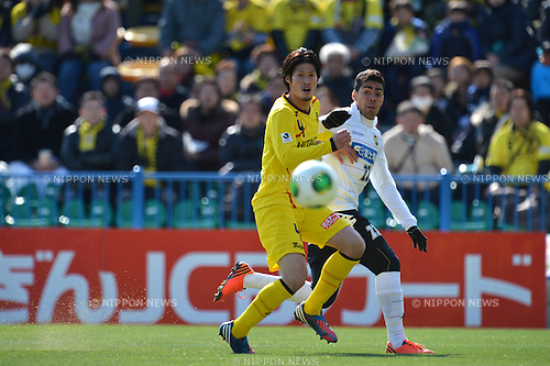 "(L to R) Daisuke Suzuki (Reysol), Jair (JEF),.FEBRUARY 17, 2013 - Football / Soccer : 2013 J.League Pre-Season match ""CHIBAGIN CUP"" between Kashiwa Reysol 0-3 JEF United Chiba at Hitachi Kashiwa Stadium, Chiba, Japan. (Photo by Jun Tsukida/AFLO SPORT)."