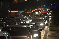 SAO PAULO, 03 DE MAIO DE 2013 - TRANSITO - SAO PAULO - Transito intenso na Avenida Paulista, região centro sul da capital, no inicio da noite desta sexta feira, 03. (FOTO: ALEXANDRE MOREIRA / BRAZIL PHOTO PRESS)