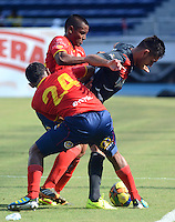 BARRANQUILLA -COLOMBIA-27-AGOSTO-2014. Alonso Acosta  (Izq)  y Alberto Pardo  de Uniautonoma disputan el balon con Jorge Ortega  del Atletico Junior  ,  partido de la Copa Postobon decima fecha disputado en el estadio Metropolitano. / Alonso Acosta   (L)  and Alberto Pardo of Uniautonoma dispute the ball with Jorge Ortega    of Atletico Junior , match of the Copa Postobon tenth  round match at the Metropolitano stadium  Photo: VizzorImage / Alfonso Cervantes / Stringer